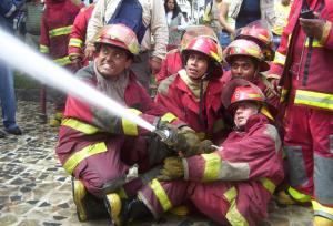 Bomberos peruanos combatiendo un incendio